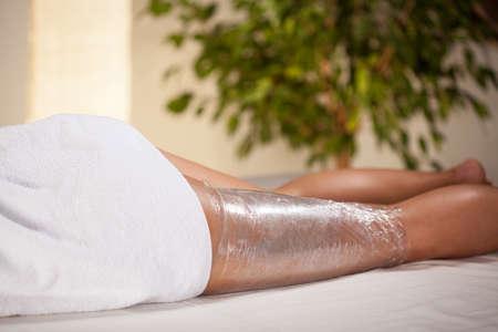 mujer celulitis: Envoltura de cuerpo en una sala de spa, horizontal