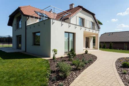 Modern huis in de voorsteden met groene minimalistische tuin