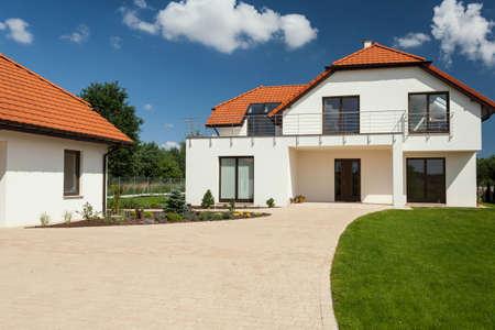 Vista de la hermosa casa moderna con garaje independiente Foto de archivo - 31479679