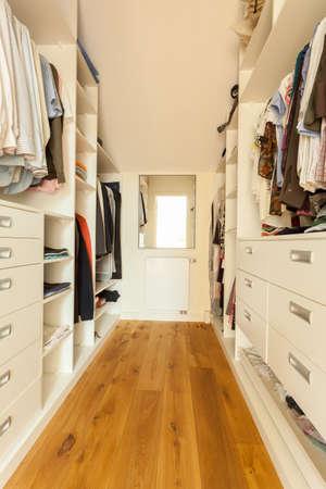 Vista del amplio armario brillante en casa moderna