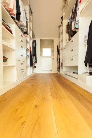 현대 집 넓은 옷장보기