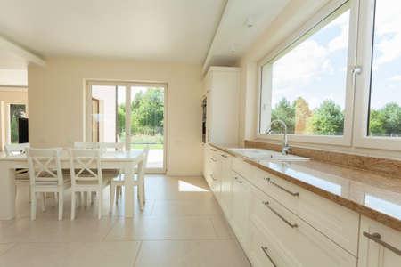 新しい家にきれいな近代的なキッチン インテリア