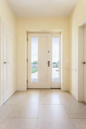 Heldere schone gang met raam deur in modern huis