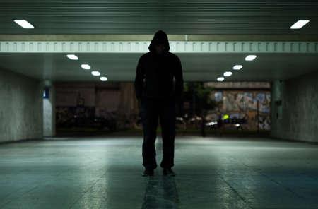 peligro: Vista de hombre peligroso caminar de noche
