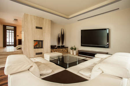 Interieur van een woonkamer met een open haard Stockfoto