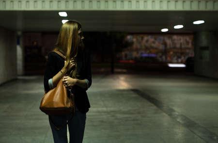 asustado: Vista de la mujer solitaria en el paso subterr�neo Foto de archivo