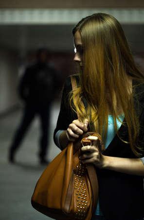 peligro: Mujer se asusta por la noche y hombre peligroso Foto de archivo