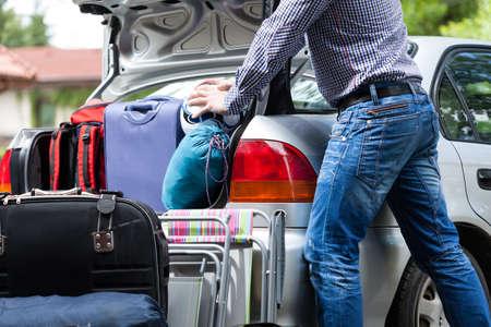 家族の荷物のためのあまりにも少ない車のトランク 写真素材