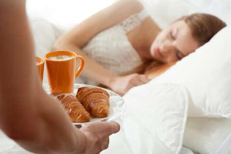 desayuno romantico: Desayuno Sorpresa para dormir de la mujer en la cama