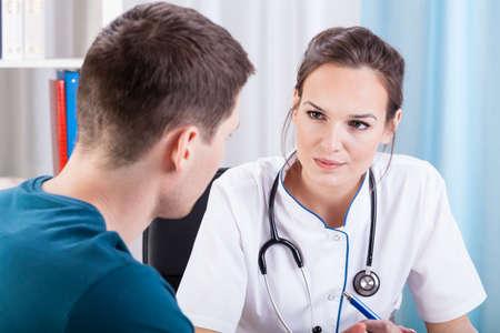 consulta médica: Hombre que tiene la consulta médica en el consultorio médico Foto de archivo