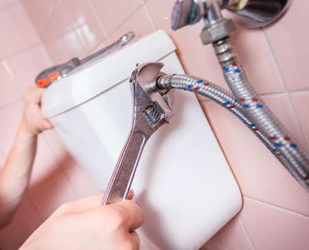 cisterna: Reparador remendar un aseo con una llave