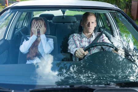 Gezicht op boos koppel in een auto