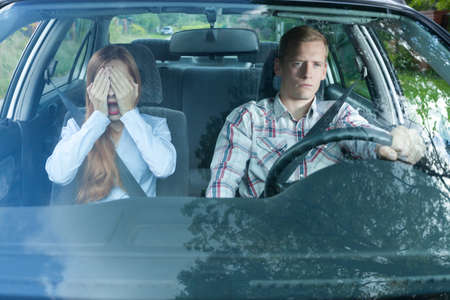 pareja discutiendo: Mujer asustada en un coche con su hombre