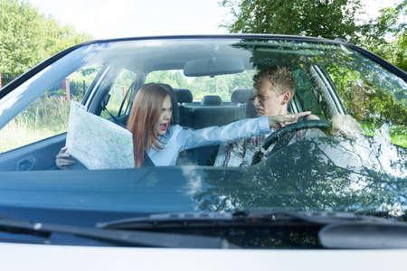 pareja discutiendo: Pares que discuten sobre el camino equivocado en el coche