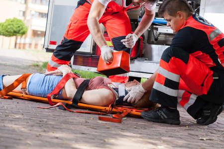 in emergency: Param�dicos dando chica primeros auxilios despu�s de accidente Foto de archivo