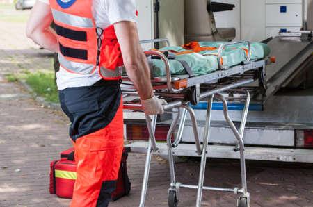 accidente trabajo: Vista horizontal de la ambulancia y paramédico durante su trabajo Foto de archivo