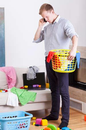 habitacion desordenada: Empresario recoger la ropa sucia en casa, vertical