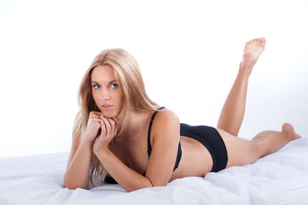 mujeres jovenes desnudas: Mujer de belleza natural en ropa interior acostada en la cama