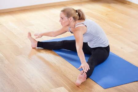 corpo umano: Veduta di stretching dopo l'allenamento a casa