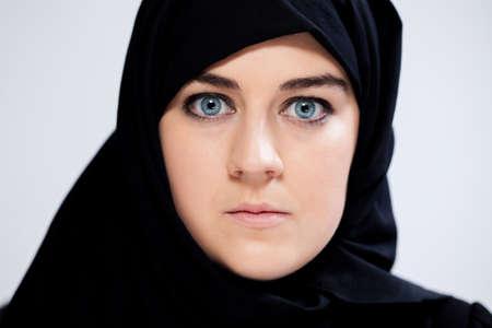 fille arabe: Close-up de peur femme musulmane en foulard Banque d'images