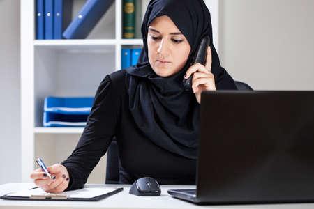 femme musulmane: Vue horizontale de femme musulmane travaillant dans le bureau
