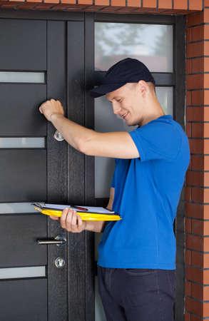 tocar la puerta: Hombre de salida con el sujetapapeles llamando a la puerta