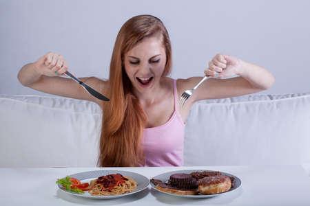 italienisches essen: Junges M�dchen essen eine Menge von Lebensmitteln auf einmal