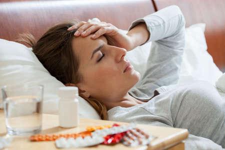persona enferma: Vista horizontal de la mujer que sufre de gripe