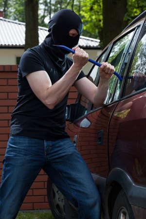 Rompiendo Penal un vaso y abrir un automóvil