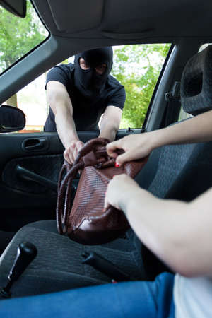 plunder: Gangster attacks women in car and take her bag