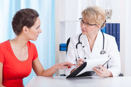 Doctor talking with patient about recommendations, horizontal Banque d'images