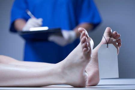 Horizontale weergave van verpleegkundige in een mortuarium Stockfoto