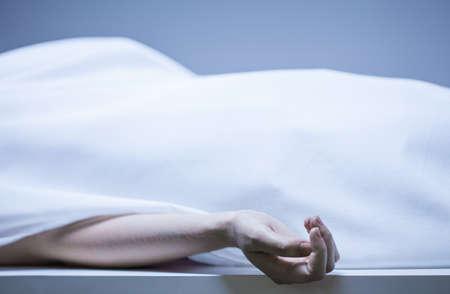 cuerpo humano: Restos de persona en la morgue, horizontal