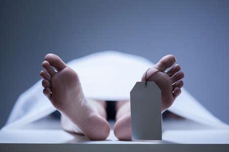 Close-up van menselijke voeten in het lijkenhuis