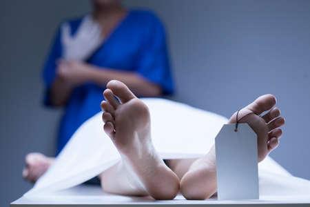 pies masculinos: Vista del trabajador de la morgue durante el trabajo