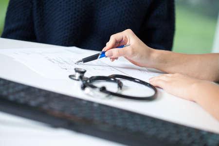 leucemia: Médico explicando diagnóstico de la joven mujer enferma
