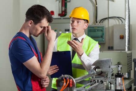 Trabajador cometió un error en una fábrica, horizontal Foto de archivo - 32265831