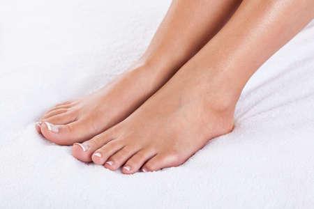 pedicura: Primer plano de los pies femeninos con pedicure franc�s