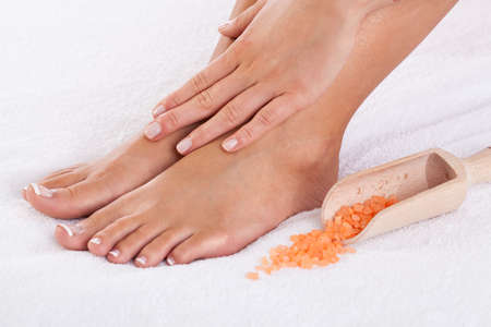 manos y pies: Primer plano de cuidadas manos y pies femeninos Foto de archivo