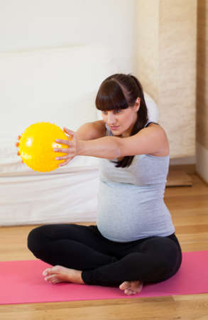 keeping fit: Vertical view of keeping fit during pregnancy Stock Photo