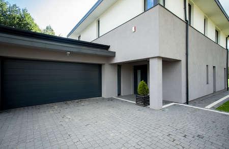 Horizontale weergave van garage van buiten Stockfoto