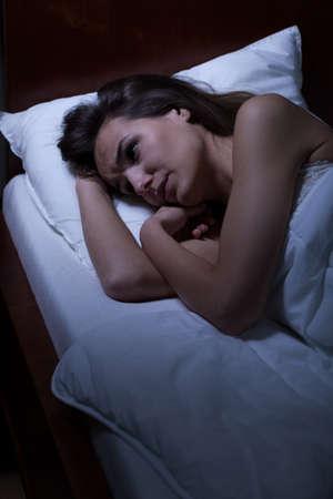 sch�ne frauen: Frau liegt wach im Bett in der Nacht