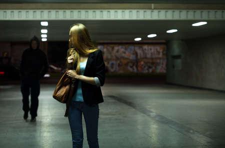 Bang vrouw in de metro 's nachts