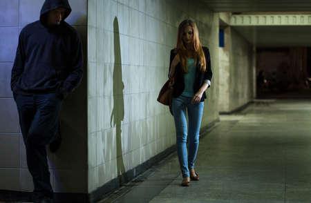 hombre solo: Vista de la mujer solitaria caminando en la noche Foto de archivo