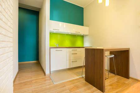 Vista di piccola cucina in appartamento nuovo