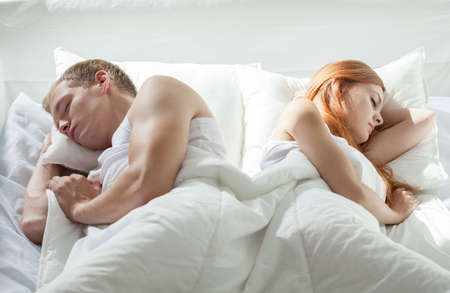 pareja durmiendo: Vista horizontal de la pareja durmiendo espalda con espalda