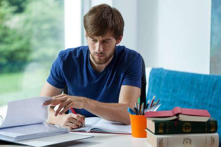 若い学生机の後ろに時間をかけて学習