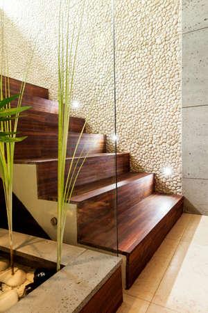 climbing stairs: Escaleras de madera en el lujo y moderno apartamento Foto de archivo