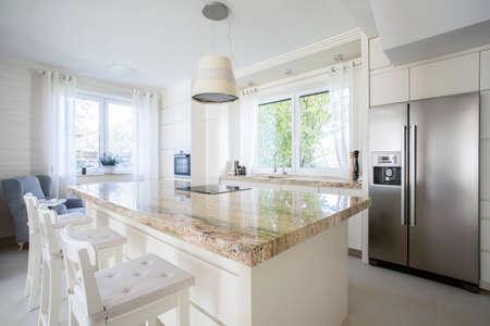 cuisine fond blanc: Vue de l'�le de cuisine dans la maison lumineux Banque d'images
