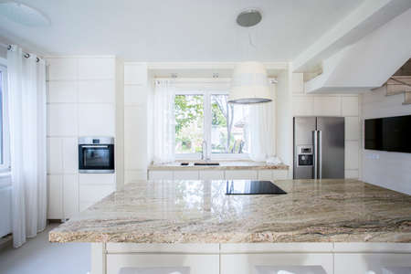 Horizontale weergave van heldere en moderne keuken